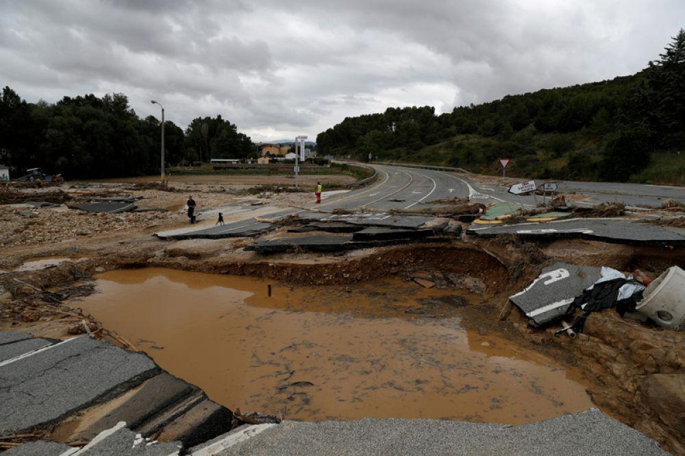 Автомобильная дорога, разрушенная после проливных дождей в Пуэйо.