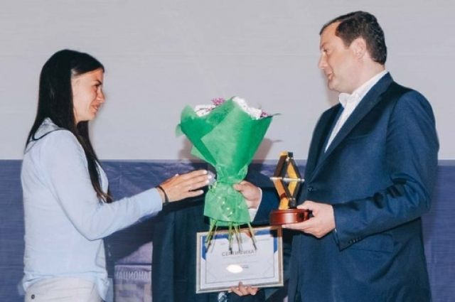 Алексей Островский вручает награду одной из победительниц регионального этапа.