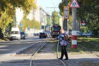 Пешеходам нужно быть внимательнее при переходе трамвайных путей.