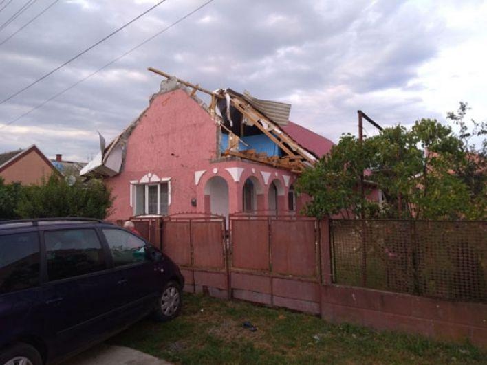 Здесь также дом поврежден в результате смерча и шквального ветра.