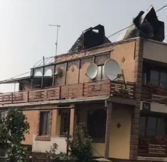 Также поврежденный дом. У многих домов крыши нет полностью или частично.