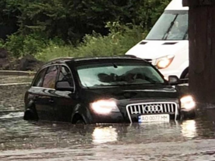 А это - Ужгород. Здесь с 8 июля автомобилисты сталкиваются с трудностями - в воскресенье вода на дорогах практически достигала стекол в машинах. Сейчас ситуация уже не столь критична, но проблема остается.