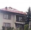 Хозяевам этого дома повезло чуть больше - крыша выдержала, хоть местами и разошлась буквально по швам.