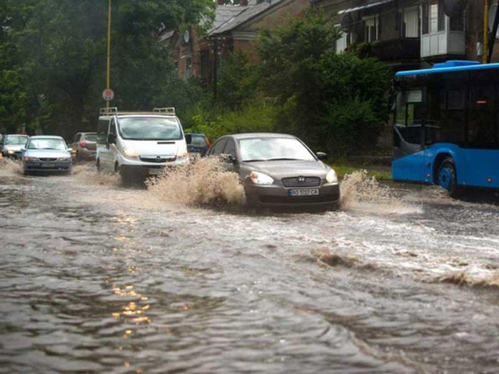 Снова Ужгород: подтопленные дороги и бурные реки по мостовым