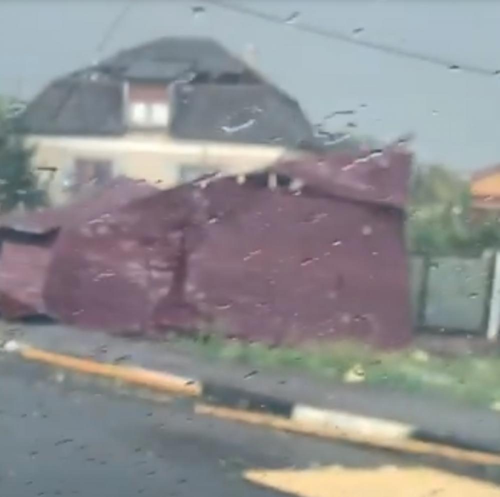 На скриншоте - поврежденный участок крыши, который сорвало с кровли и отнесло к соседнему участку.