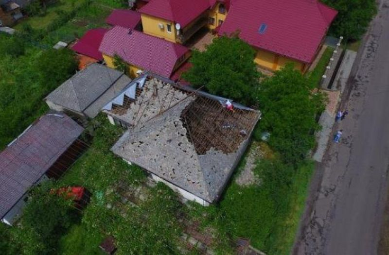 С высоты птичьего полета видно дом, который практически полностью лишился крыши.
