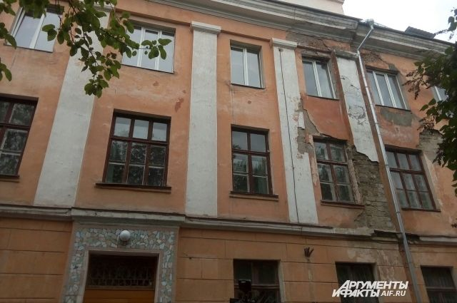 В Новотроицке Денис Паслер осмотрел проблемные социальные объекты
