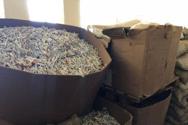 На территории Одесской области правоохранители нашли нелегальный склад с сигаретами и изъяли табачные изделия на сумму 50 миллионов гривен.
