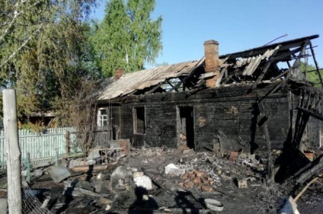 Общая площадь горения составила 90 квадратных метров. Вторая квартира не повреждена.