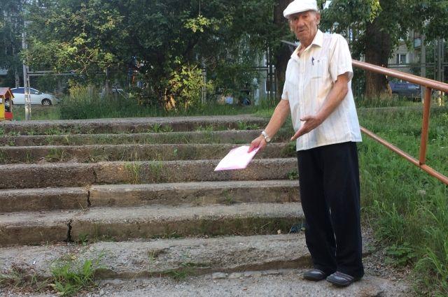 «Как здесь можно пройти пожилому человеку или маме с коляской?» - недоумевает пенсионер.