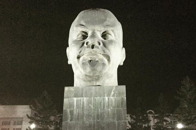 Памятник Ленину на площади Советов поражает гостей города исполинскими размерами.