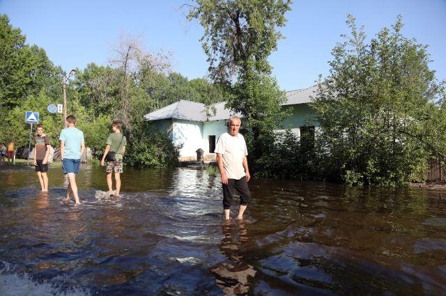 Очередные дожди размыли дорогу в посёлке Строителей.