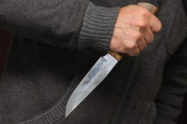 В Киеве полиция задержала мужчину, который на детской площадке напал с ножом на ребенка.