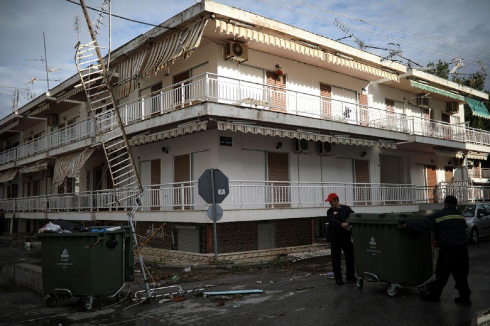 Здание отеля после сильного шторма в деревне Неа Плагия.
