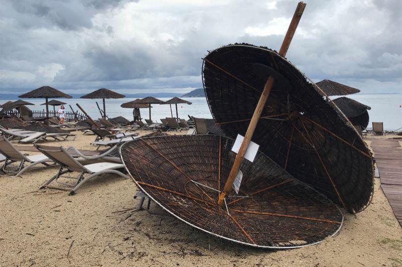 Пляж рядом с отелем после сильного шторма.