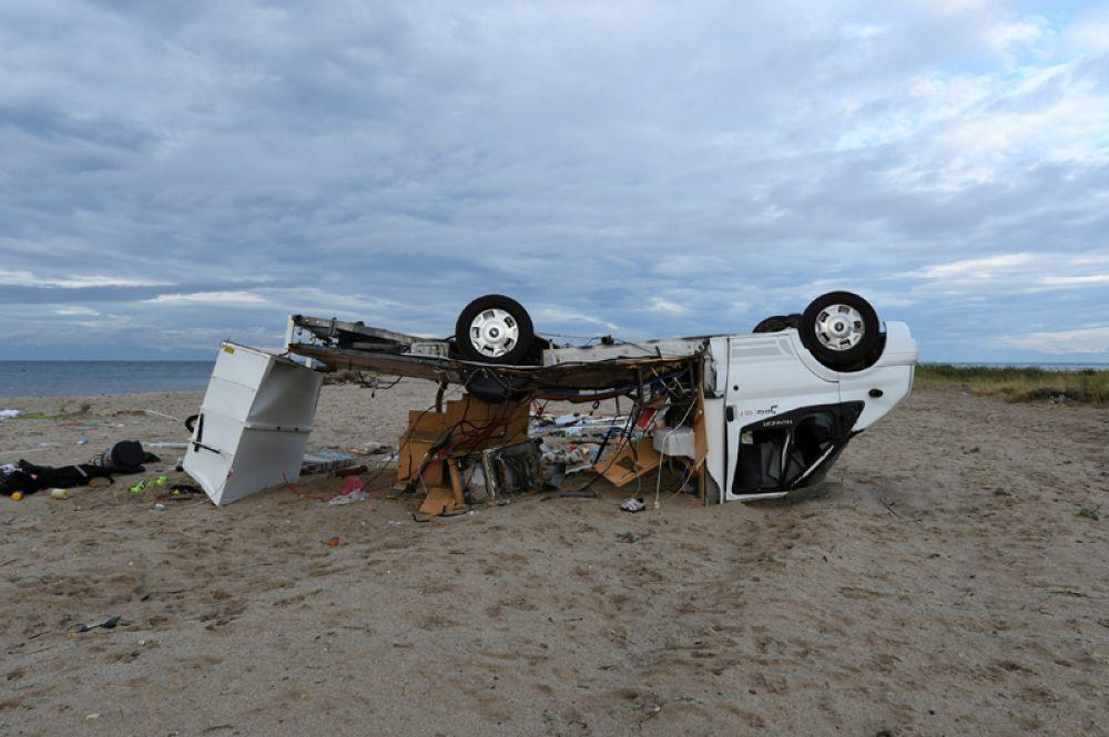 Перевернутый трейлер на пляже Созополи.