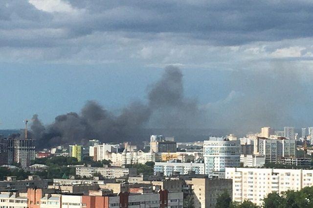 Судя по фото, пожар разгорелся на территории Центрального рынка.