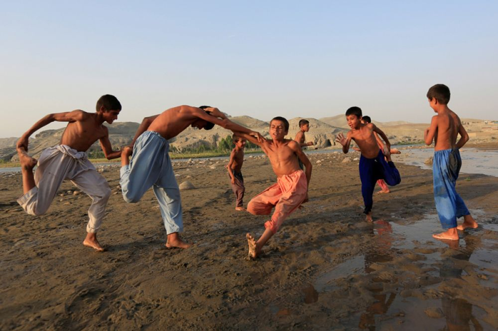 Мальчики играют на окраине города Джелалaбад, Афганистан.