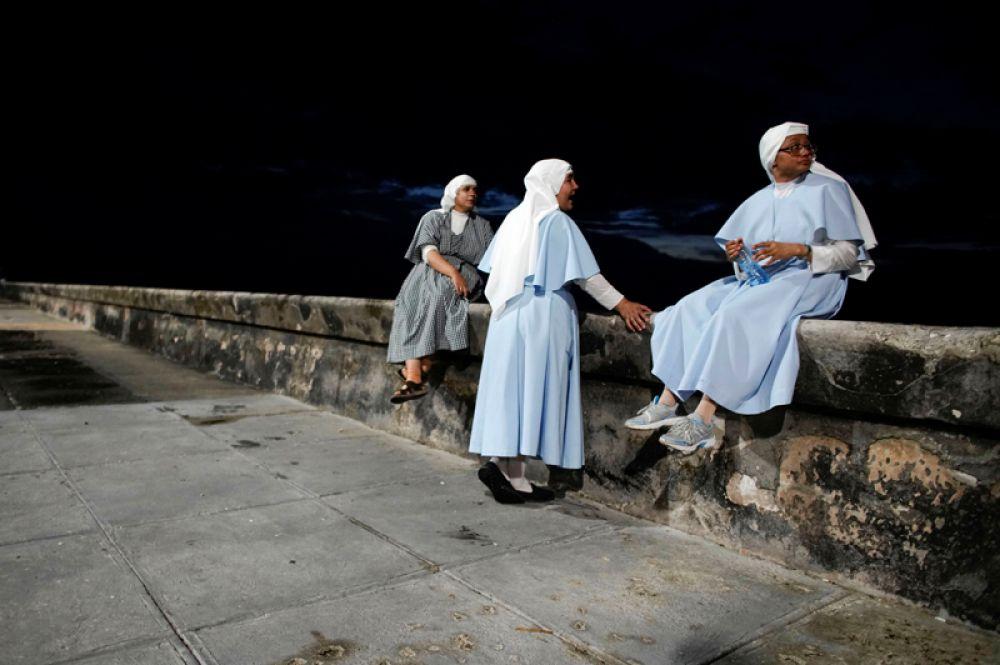 Монахини на набережной в Гаване, Куба.