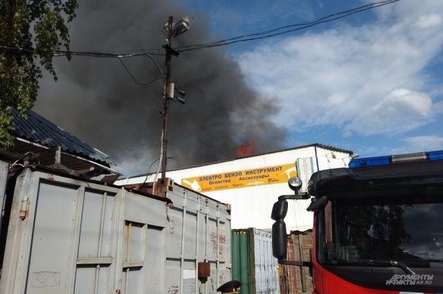 Во время тушения из зданий вынесли около пяти баллонов, внутри оставились ещё несколько.