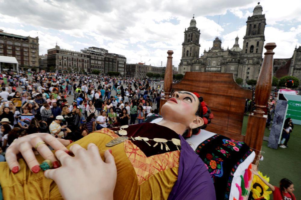 Огромная фигура художницы Фриды Кало во время выставки, посвященной ей, в Мехико, Мексика.