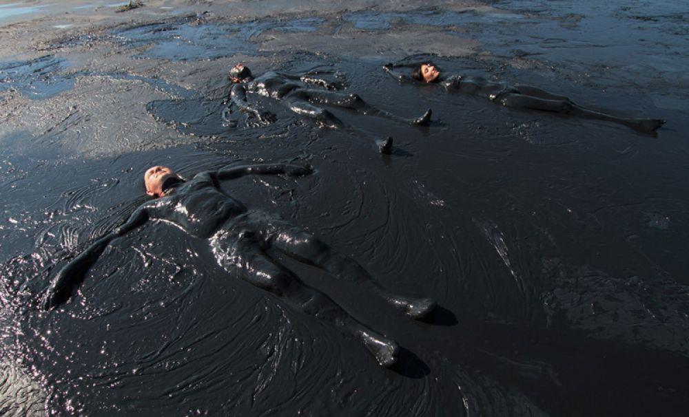 Грязевые ванны в Чокракском озере у села Курортное в Крыму.