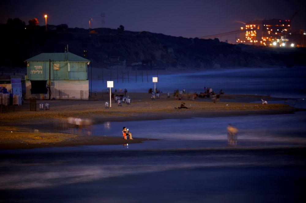 На вечернем пляже в Ашкелоне, Израиль.