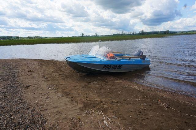 Тела погибших находились чуть выше по течению от их лодки.
