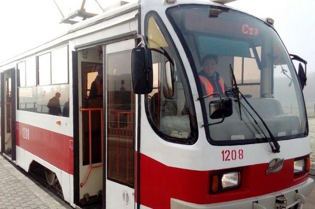 Находящийся в кабине трамвая прибор включается автоматически и записывает номера машин, оказавшихся на трамвайных путях.