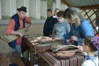 На экскурсии в Музей забытой музыки можно не только увидеть старинные инструменты, но и поиграть на них.