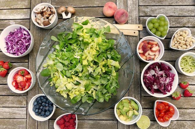 Салаты можно готовить не только из овощей, но и из фруктов.