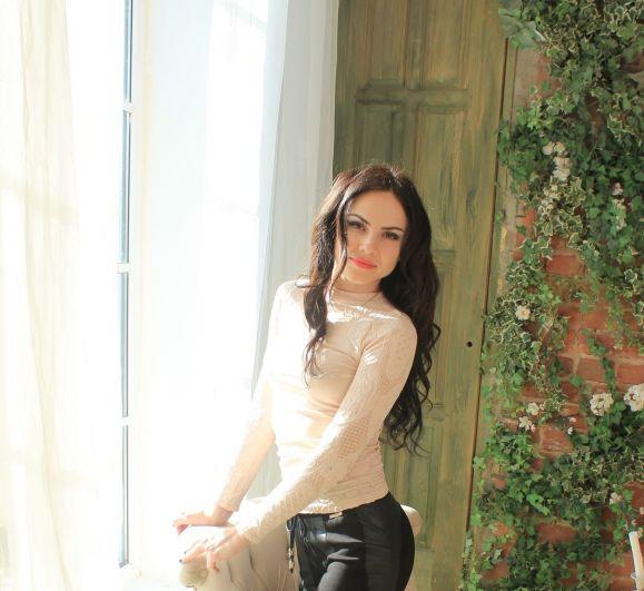 Ошарова Татьяна, 31 год. Высшее образование, финансовый менеджер компании «Майлс Энд Ярдс». Хобби: наращивание ресниц.