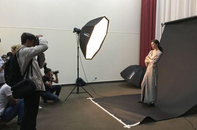 Посетители могут понаблюдать, как фотограф работает с моделью во время съемок.