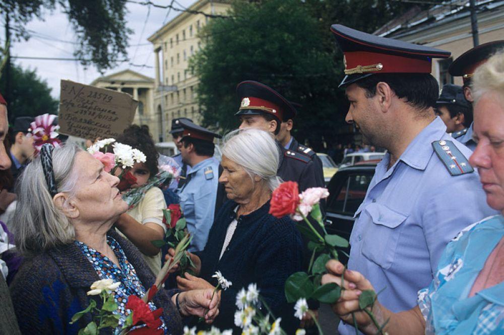 Митинг вкладчиков «МММ» на Петровке, 38 — у здания Главного управления МВД России.