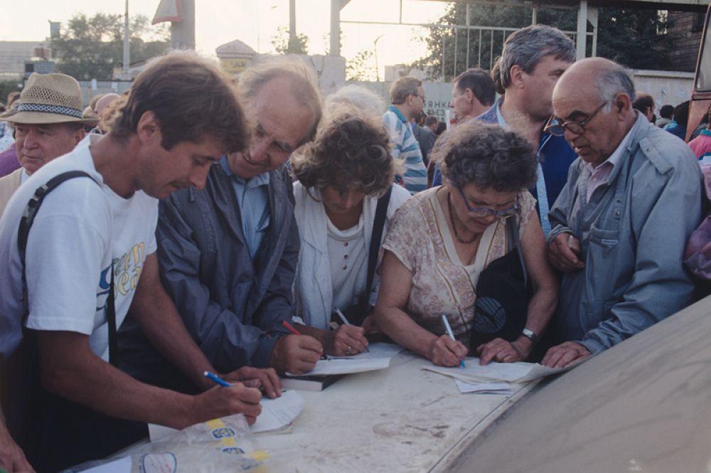 Вкладчики «МММ» собирают подписи в поддержку Сергея Мавроди.