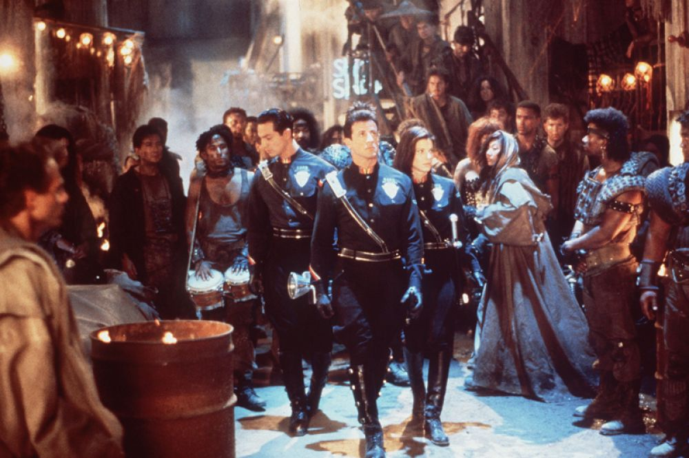 В 1993 году Сандра Буллок снялась в фантастическом боевике «Разрушитель», где ее партнерами по съемочной площадке стали Сильвестр Сталлоне и Уэсли Снайпс. И хотя зрители встретили фильм весьма прохладно, критики отметили игру Сандры — роль лейтенанта Ленины Хаксли, неуклюжего полицейского из будущего, получилась у нее весьма неплохо. Притом, что участие Буллок в фильме можно назвать случайным: она присоединилась к проекту за несколько дней до начала съемок после того, как другая актриса отказалась от роли.