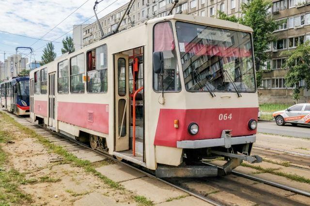 В Днепровском районе Киева у трамвая отказали тормоза, в результате чего женщина выпала из транспорта на ходу.