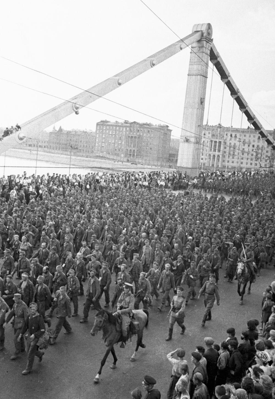 «Парад побежденных» закончился к семи часам вечера, после чего пленных разместили в вагоны и отправили в лагеря.