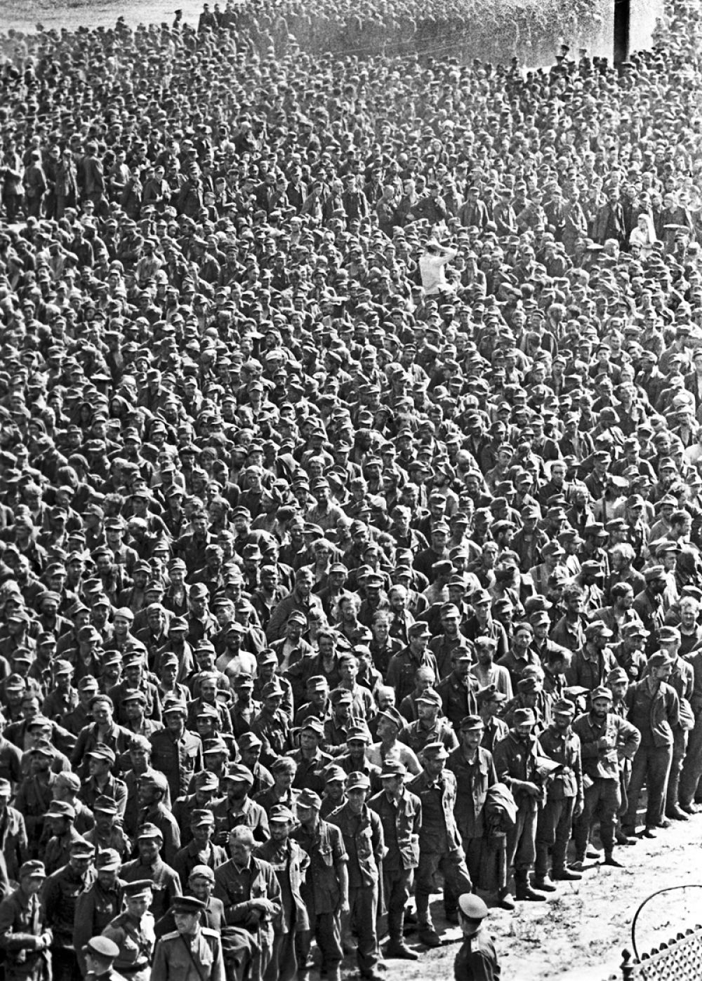 Пленных собрали на московском ипподроме и стадионе «Динамо». Руководил прохождением колонн командующий войсками Московского военного округа генерал-полковник Павел Артемьев.