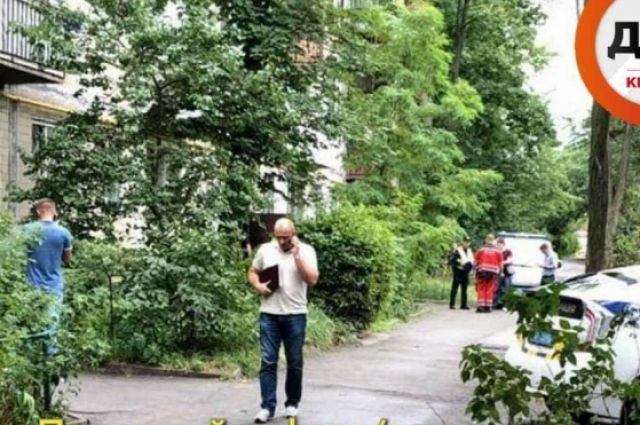 В Киеве мужчина зарезал сожительницу на глазах у своей матери и скрылся с места преступления.