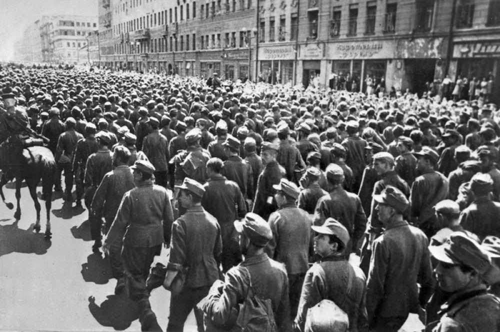 Колонны немцев сопровождали военные конвоиры. За пленными ехали поливальные машины, символически смывая «грязь» с улиц.