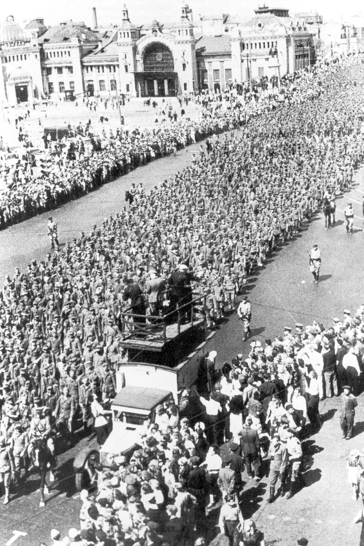 Шествие началось в 11 утра. Немцев разделили на две группы и построили по 600 человек.