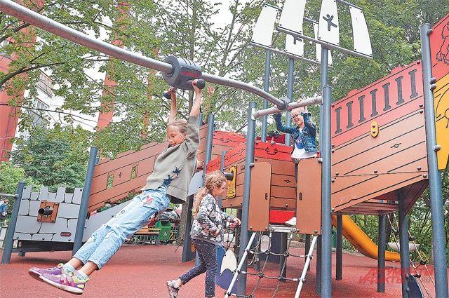 На площадках в Крылатском есть всё необходимое для физического развития детей.