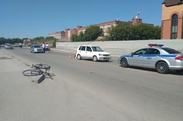 По проезжей части могут двигаться велосипедисты старше 14 лет.