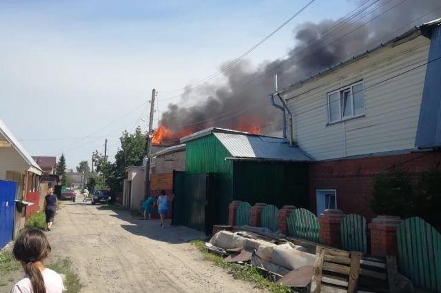 По пострадавшим информации пока нет. Пожарные проверили половину здания: людей там не обнаружено.