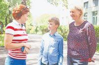 Илья Добров с директором МОК «Запад» Анной Витальевной (слева) и мамой Анастасией Борисовной (справа).