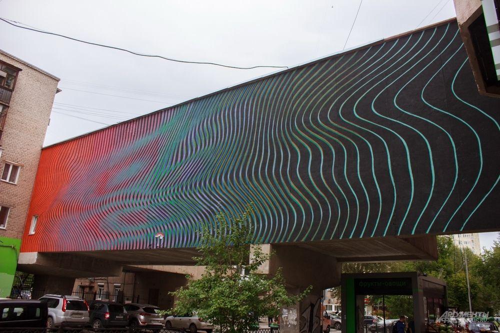 Самый первый рисунок на Стенограффии 2019 года от московского художника Артёма Стефанована «Дисперсия #5», который через простые линии создает оптическую иллюзию на улице Шарташская, 9.