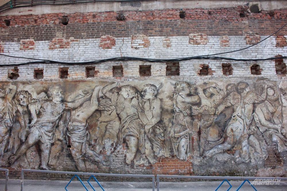Мария Хардикова и Вячеслав Белов, создают рисунки на старых фактурных стенах в стиле Ренессанса. Посмотреть на живописную работу можно на улице 8 Марта, 22/1.
