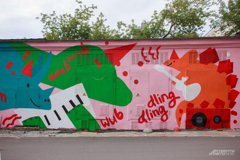 Еще одна работа жителей Екатеринбурга, которые расписали дом динозаврами во дворе «Дом печати» на проспекте Ленина, 49.