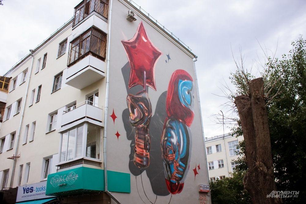 Как рассказал уличный художник из Лондона Fanakapan, он создал эту работу, вдохновившись культурой СССР. Увидеть советские игрушки и звезду можно на улице Попова, 9.
